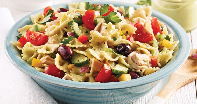 Salade en couleur accompagnée de thon